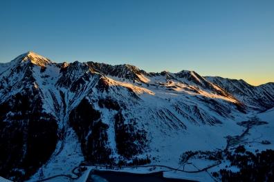 Die ersten Sonnenstrahlen die Gipfel um Kühtai herum