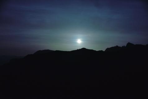 Schleierwolken vor dem bereits abnehmenden Mond