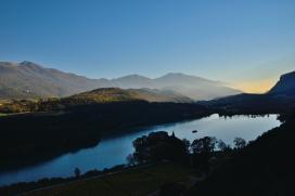 Die Sonne verschwindet, im Vordergrund der Tobliner See