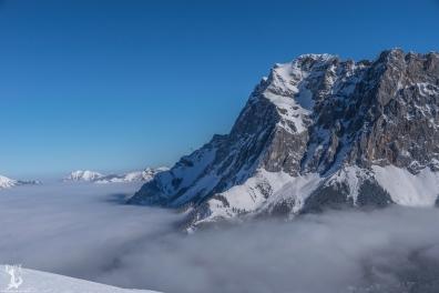 Ehrwald im Nebel, die Zugspitze steht frei