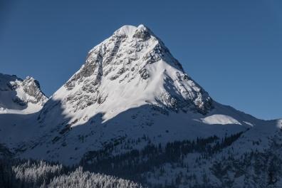 Unser Zielberg, für uns war ungefähr dort wo der Schatten/Sonne-Wechsel an der rechten Bergseite ist Schluss...