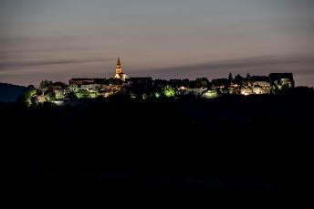 Buzet bei Nacht