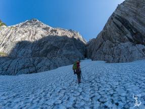 Abseilen über das Schneefeld am Einstieg